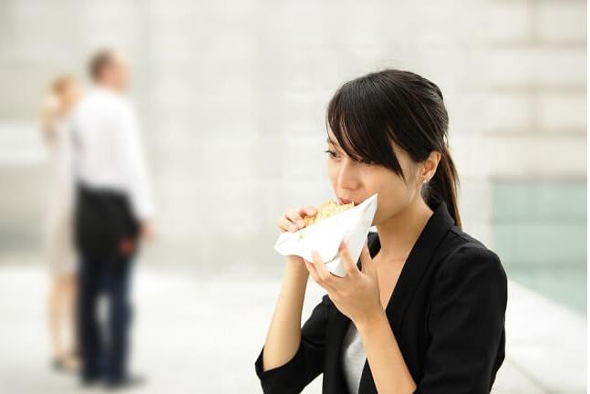 Risiko Makan Cepat dan Manfaat Makan Lebih Lambat